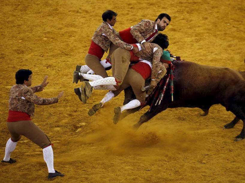 """Membros do grupo """"Chamusca forcados"""" participam de tourada na arena Campo Pequeno, em Lisboa, Portugal. O grupo é conhecido por lutar contra touros com as próprias mãos - 21/08/2015"""