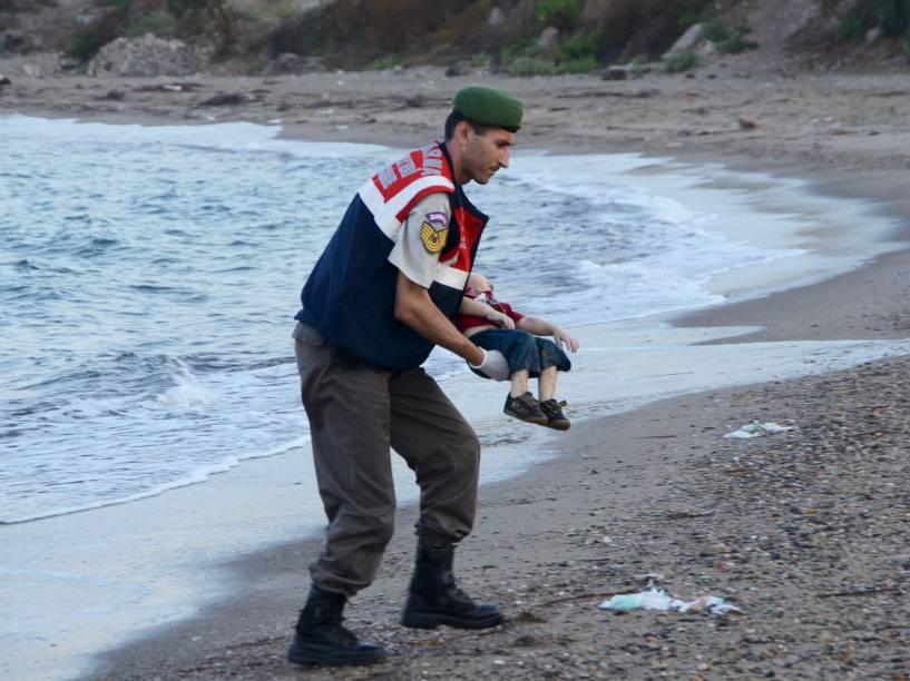 A foto de um policial turco carregando uma criança morta por afogamento em uma praia de um dos principais destinos turísticos da Turquia chocou o mundo nesta quarta-feira (02). A criança era um dos 12 refugiados sírios que morreram afogados tentando chegar à ilha grega de Kos.