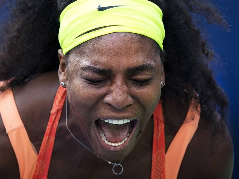 A tenista americana Serena Williams, comemora ao vencer o primeiro set na partida contra a holandesa Kiki Bertens durante a  segunda rodada do aberto dos Estados Unidos, em Nova York