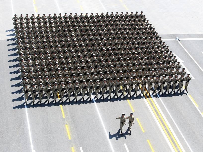 Em Pequim, na China, soldados do exército desfilam pela Praça Tiananmen, em comemoração ao 70º aniversário do fim da Segunda Guerra Mundial