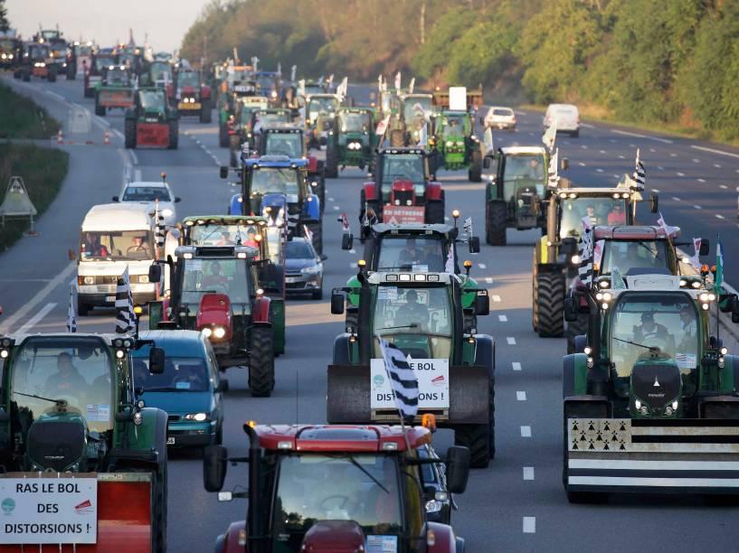 Com seus tratores, agricultores franceses protestam contra os baixos preços e altos custos de cultivo nos arredores de Paris - 03/09/2015