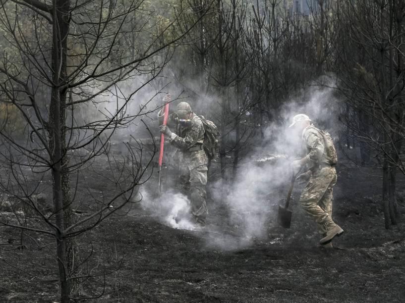 Voluntários trabalham para apagar um incêndio florestal perto de Kiev, na Ucrânia. Pelo menos 15 hectares de floresta foram queimados durante o incêndio que começou na noite de quarta-feira (2) - 03/09/2015