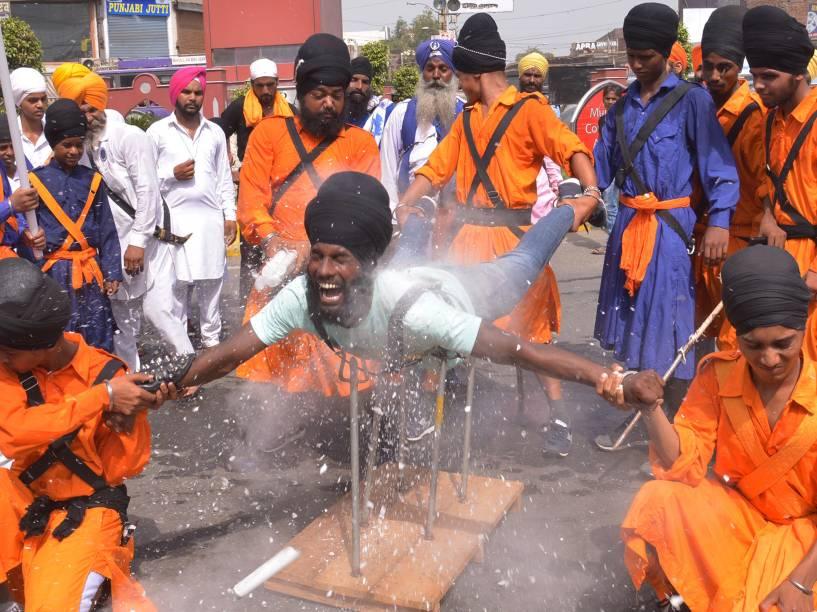 Um guerreiro Sikh indiano demonstra suas habilidades marciais durante marcha de celebração do aniversário de 354 anos do guerreiro Sikh Baba Jiwan Singh, no templo de Amritsar, na Índia - 03/09/2015