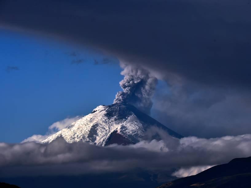 Foto tirada da cidade de Quito mostra o vulcão Cotopaxi expelindo cinzas. A atividade vulcânica começou no dia 14 de agosto, após 138 anos de calmaria - 03/09/2015