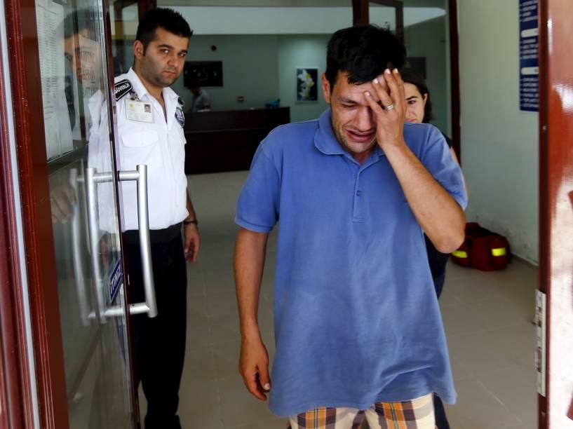 Abdullah Kurdi, pai do menino sírio de três anos encontrado morto em uma praia ontem (02), chora ao deixar o necrotério em Mugla, Turquia. A família de Abdullah tentava migrar para o Canadá, fugindo da cidade de Kobani, arrasada pela guerra - 03/09/2015