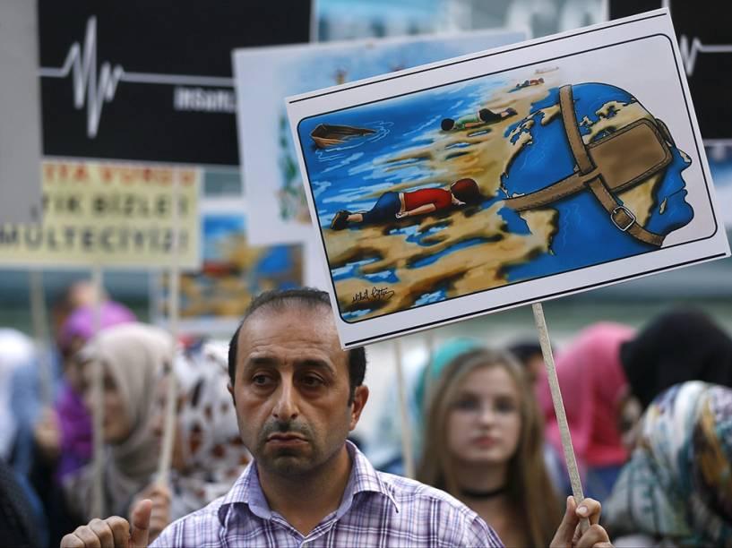 Homem, com um desenho retratando o menino sírio que morreu afogado, durante uma manifestação pelos direitos dos refugiados em Istambul, Turquia
