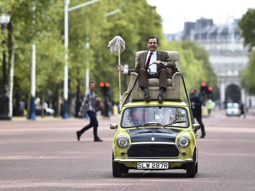 """O ator britânico Rowan Atkinson, caracterizado como o personagem """"Mr Bean"""", passeia pelo centro de Londres para comemorar os 25 anos da série"""