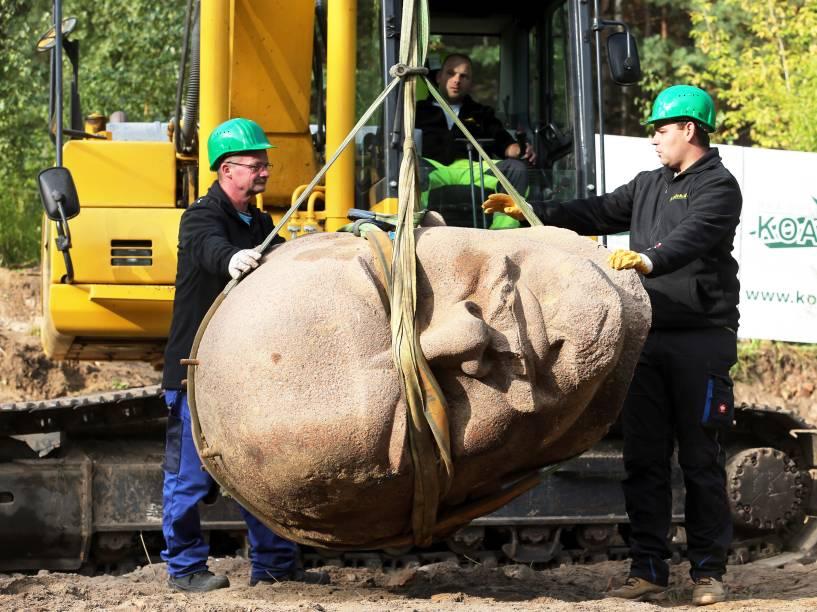 Trabalhadores erguem a cabeça de estátua do líder soviético encontrada em uma floresta de Berlim, na Alemanha - 10/09/2015