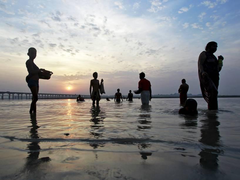 Devotos hindus se banham na confluência dos rios Ganges, Yamuna e Saraswati em Allahabad - 10/09/2015
