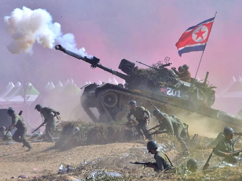 Soldados sul-coreanos interpretam forças norte-coreanas e sul-coreanas em uma reencenação da batalha de 1950 do rio Nakdong, no aniversário de 65 anos da cidade de Waegwan, Coréia do Sul - 10/09/2015