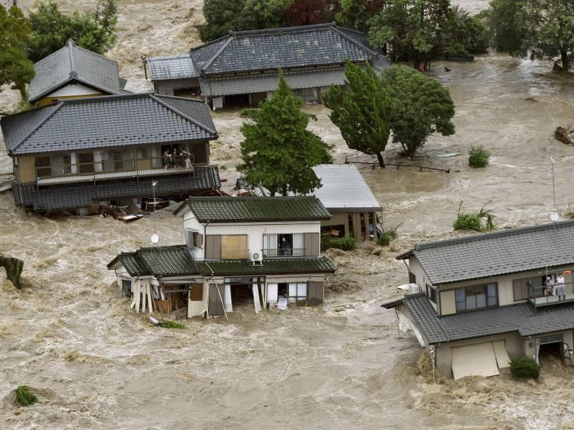 Moradores aguardam helicópteros de resgate em área residencial inundada pelo rio Kinugawa devido ao tufão Etau, no Japão. Cerca de 90.000 pessoas tiveram que evacuar a área - 10/09/2015