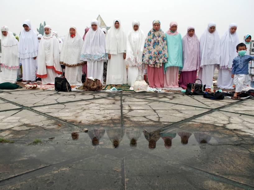 Mulheres participam de ritual religioso que pede mais chuva para combater os incêndios que atingem a região de Pekanbaru, no norte da Indonésia - 15/09/2015