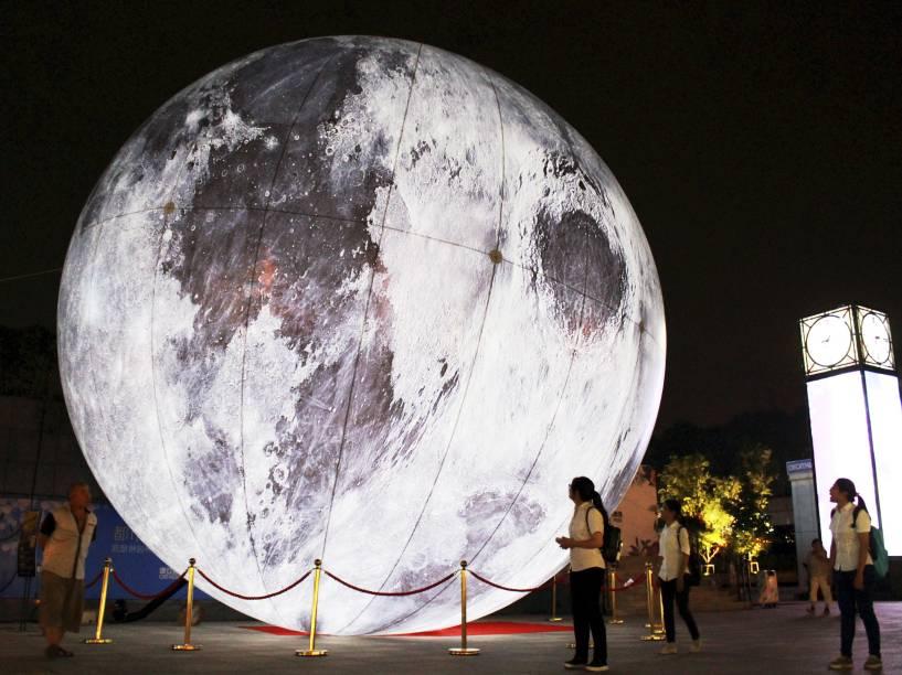 Exposição em uma praça em Nanjing, na China, mostra réplica de uma lua cheia - 15/09/2015