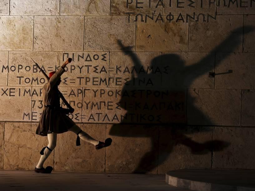 Membro da guarda presidencial grega realiza uma marcha cerimonial no Túmulo do Soldado Desconhecido em frente do edifício do parlamento em Atenas - 15/09/2015