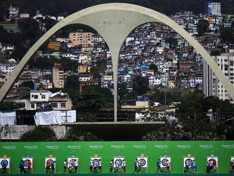 Atletas verificam seus resultados durante o Desafio Internacional de Tiro com Arco na Marquês de Sapucaí, no Rio de Janeiro. A competição é um evento-teste para os Jogos Olímpicos Rio 2016 - 15/09/2015