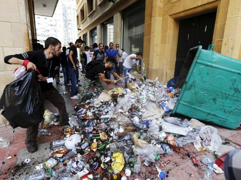 Manifestantes, despejam lixo em uma das entradas do ministério do Meio Ambiente no centro de Beirute, no Líbano enquanto pedem a saída do ministro Mohamad Al Machnouk - 15/09/2015