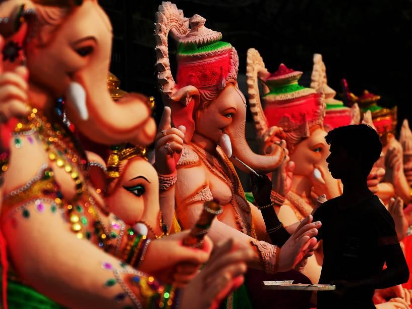 Artista dá os últimos retoques em uma figura da divindade hindu Ganesha em uma oficina durante os preparativos para o festival Ganesh Chaturthi em Nova Délhi, na Índia - 15/09/2015