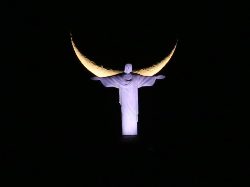 Estátua do Cristo Redentor ganha asas ao ser fotografada com lua ao fundo - 17/09/2015
