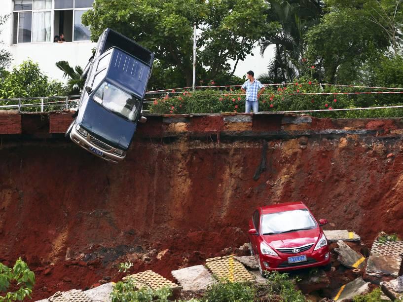 Carro fica preso em uma cratera na cidade de Haikou, na China, devido a uma forte chuva que atingiu o município. De acordo com a imprensa local, ninguém ficou ferido - 16/09/2015