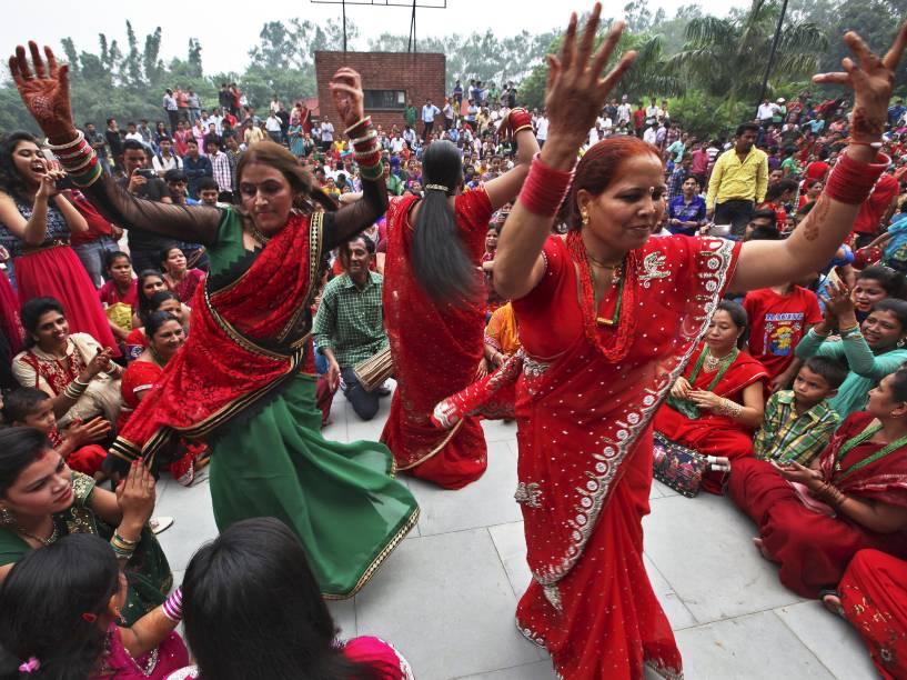 Mulheres hindus dançam durante celebração do festival Teej, no templo de Pashupatinath em Katmandu, Nepal - 16/09/2015