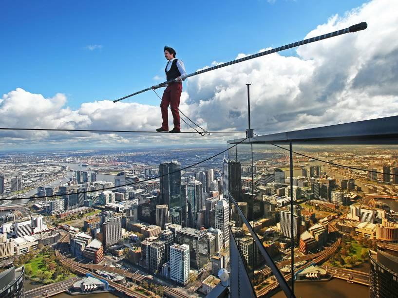 O artista Kane Petersen caminha através de uma corda a 300 metros do solo em Melbourne, na Austrália - 16/09/2015