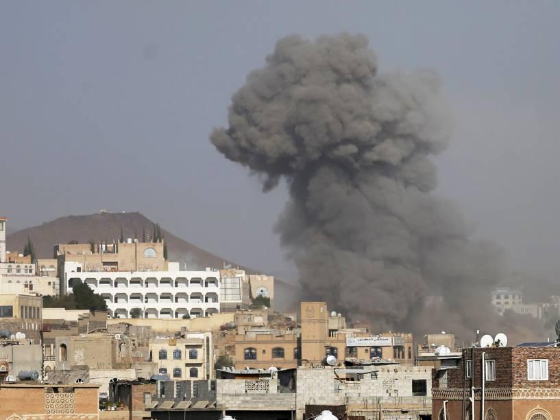Coluna de fumaça é vista após ataque aéreo liderado por sauditas na capital do Iêmen, em Sanaa - 17/09/2015
