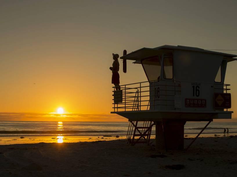 Salva-vidas observa maré baixa antes de deixar seu posto numa praia de Cardiff, na Califórnia - 17/09/2015