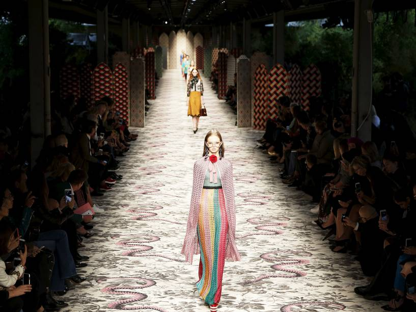 Na Itália, modelo desfila criação da Gucci durante a Semana da Moda de Milão - 23/09/2015