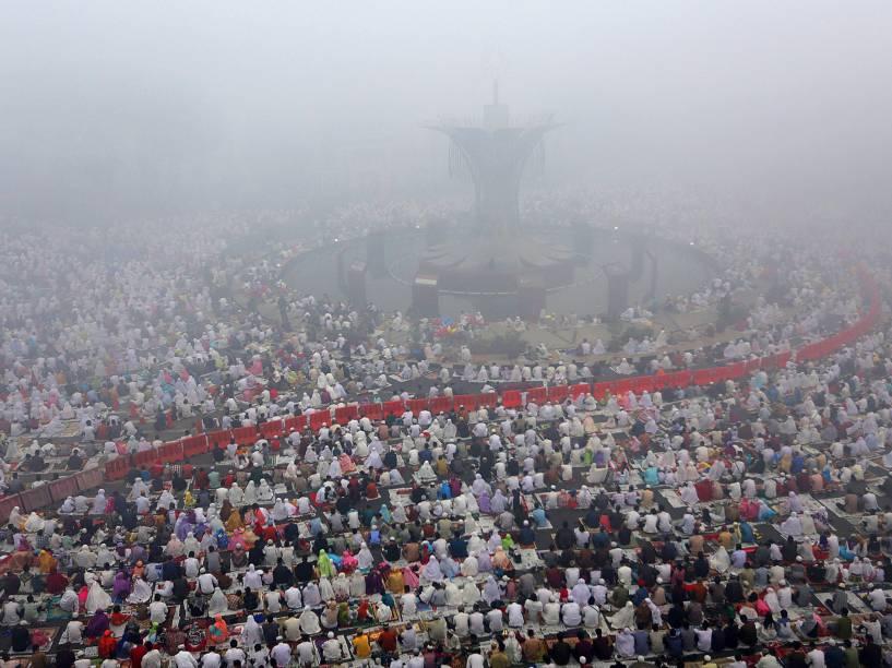Muçulmanos participam de reza em massa durante o Eid al-Adha, enquanto são cobertos por uma forte neblina em uma mesquita em Palimbão, Indonésia - 24/09/2015