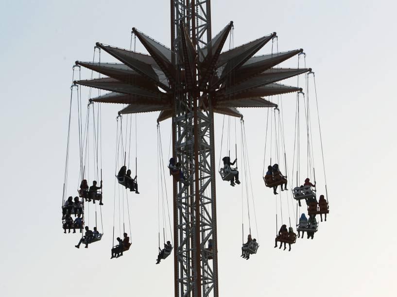Pessoas são fotografadas em um parque de diversões, no primeiro dia do festival muçulmano Eid al-Adha em Bagdá - 24/09/2015