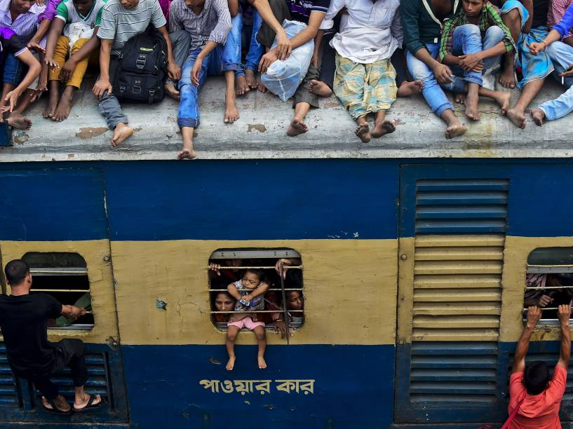Viajantes de Bangladesh sobem em um trem enquanto tentam chegar em suas respectivas aldeias para celebrar o festival muçulmano do Eid al-Adha com suas famílias - 24/09/2015