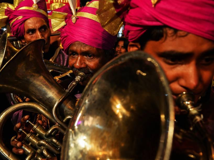 Membros de uma banda de casamento tocam seus instrumentos de bronze durante uma procissão religiosa para o festival hindu Ganesh Chaturthi em Nova Délhi, na Índia - 24/09/2015