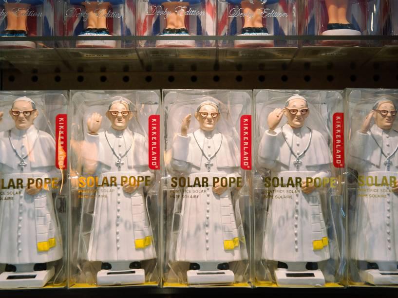 Bonecos em miniatura do Papa Francisco são vistos na vitrine de uma loja em Nova York, na véspera da chegada do chefe da Igreja Católica em visita aos Estados Unidos - 24/09/2015