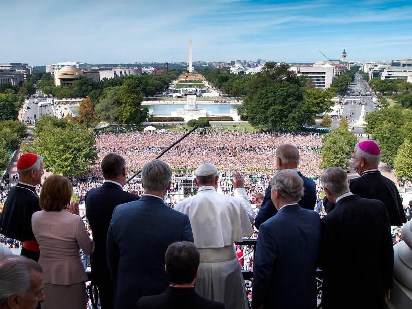 Papa Francisco saúda a multidão da sacada do Capitólio em Washington, nos Estados Unidos - 24/09/2015