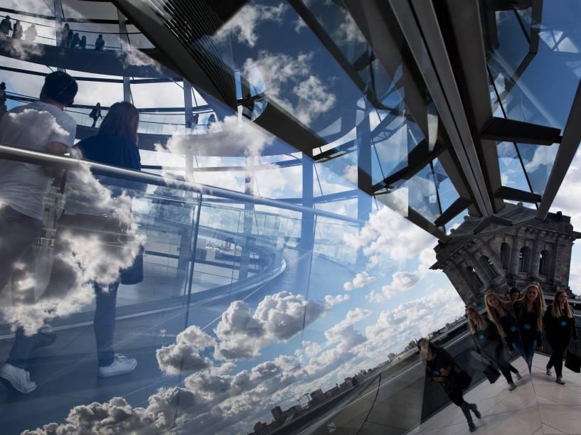 Nuvens refletidas na cúpula do edifício Reichstag, que abriga a câmara baixa do parlamento em Berlim, na Alemanha