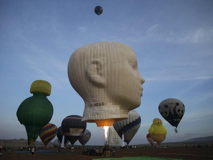 Preparativos para o campeonato de balonismo no parque Maayan Harod, ao norte de Israel