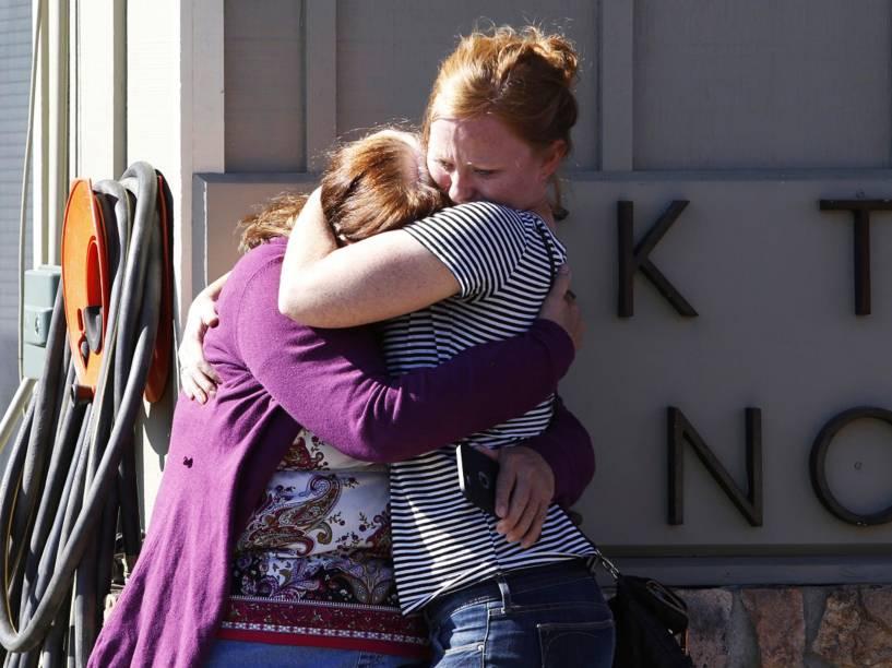 Aluna da Umpqua Community College sendo abraçada após ver seus professores serem mortos durante um tiroteio no prédio da faculdade em Roseburg, Oregon (EUA)