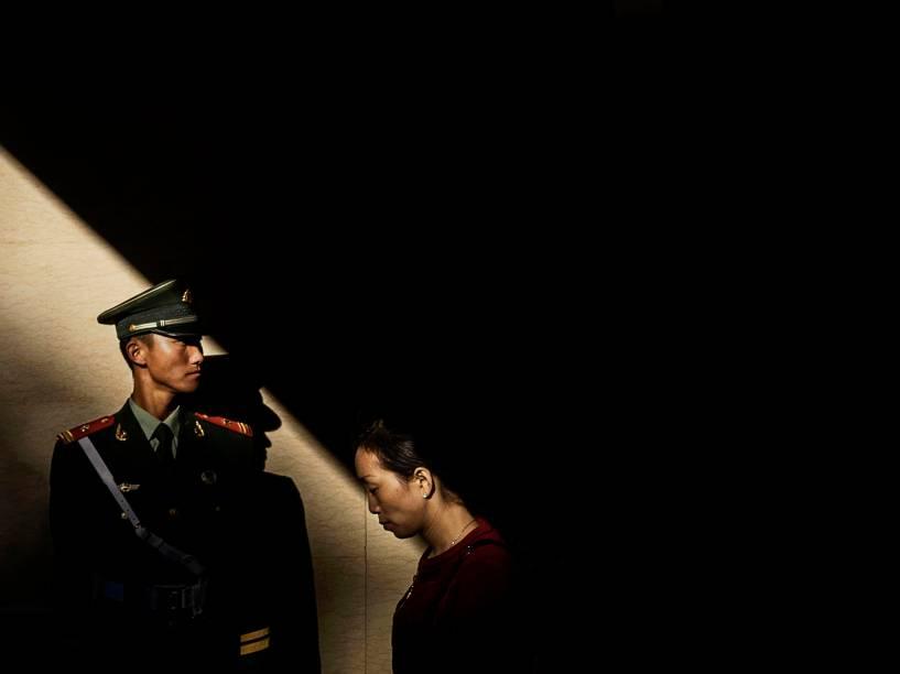Agente da polícia paramilitar chinesa guarda um túnel durante a cerimônia oficial de hasteamento da bandeira na Praça da Paz Celestial  para marcar o 66º Dia Nacional em Pequim - 01/10/2015