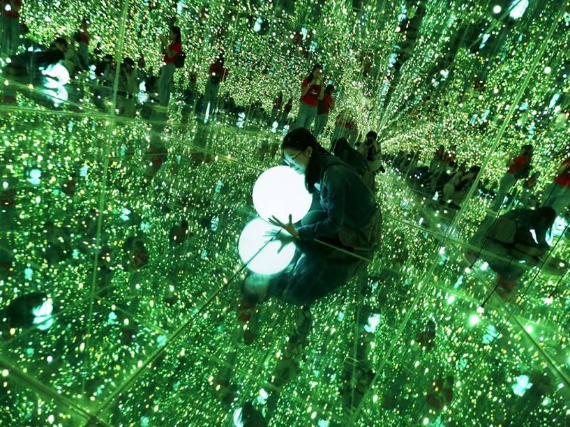 Visitante posou para foto em exposição no Museu de Arte de Pequim, China