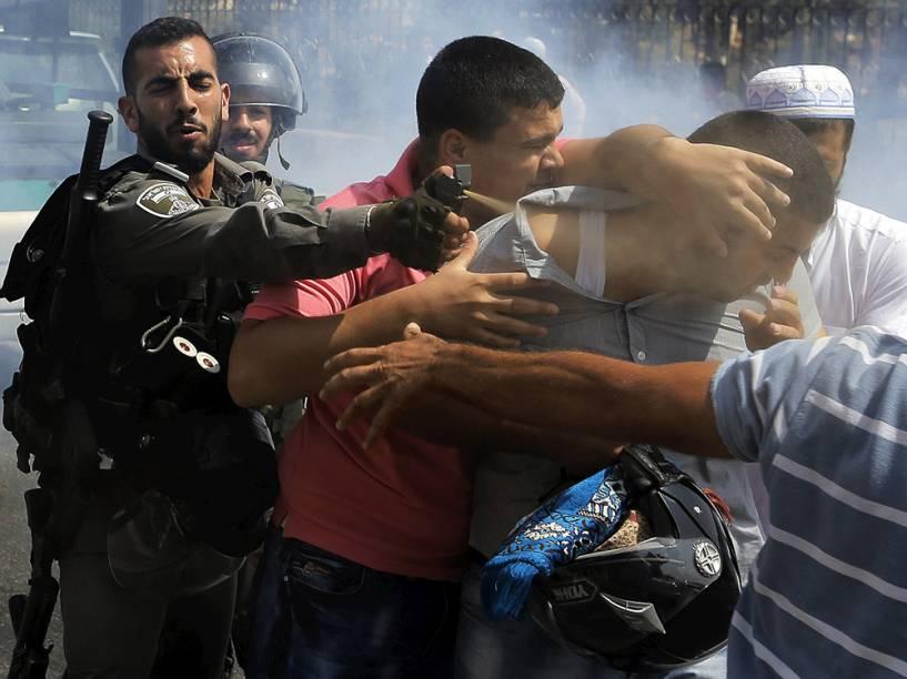 Policial israelense usa spray de pimenta durante confrontos em Jerusalém. Homens palestinos com idade inferior a 40 anos foram proibidos de ter acesso à mesquita de al-Aqsa