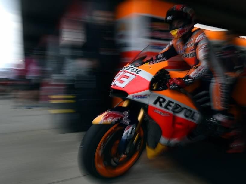 O piloto espanhol Marc Marquez da Repsol Honda deixa os boxes durante a primeira sessão de treinos antes do Grande Prêmio de MotoGP da Austrália - 16/10/2015