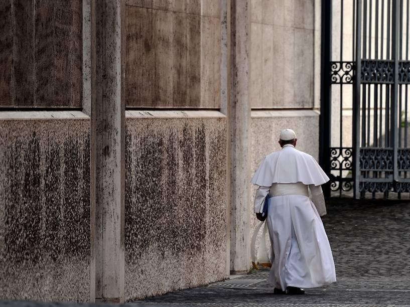 Papa Francisco sai da sala Paulo VI, depois de presidir uma sessão do Sínodo sobre a família, no Vaticano - 16/10/2015
