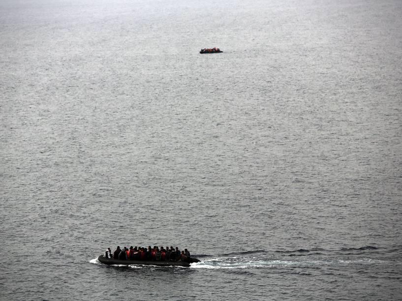 Botes repletos de refugiados são vistos seguindo destino para a ilha de Lesbos, na Grécia - 16/10/2015