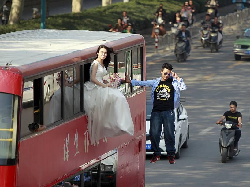 O mágico Lei Xin durante apresentação nas ruas de Zhengzhou, na China