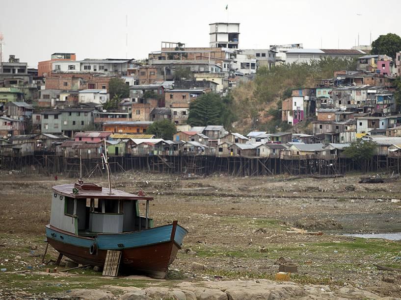 Barco em parte seca do Rio Negro em Manaus, Amazônas