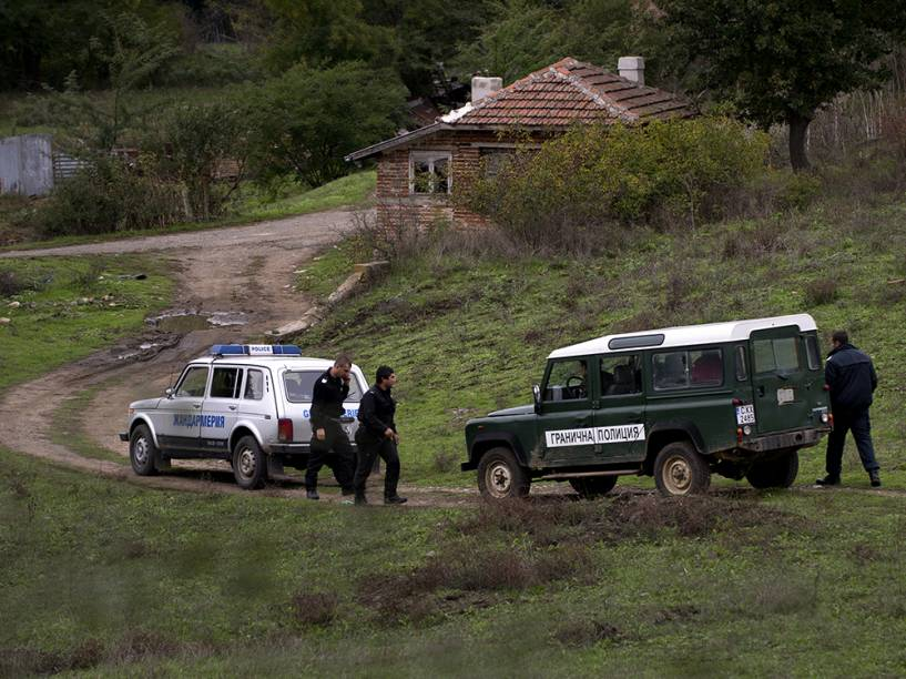 Policiais de fronteira da Bulgária trabalham na área perto da cidade de Sredez, onde um refugiado do Afeganistão morreu ao ser atingido por um disparo de advertência da polícia de fronteira búlgara, perto da fronteira com a Turquia <br>