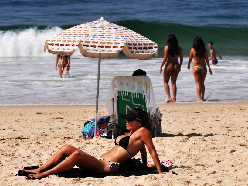 Movimentação de banhistas na praia de Ipanema, Zona Sul do Rio de Janeiro (RJ), na manhã desta sexta-feira (16). A cidade chegou a registrar 40,8ºC e a temperatura máxima prevista ao longo do dia é de 43ºC