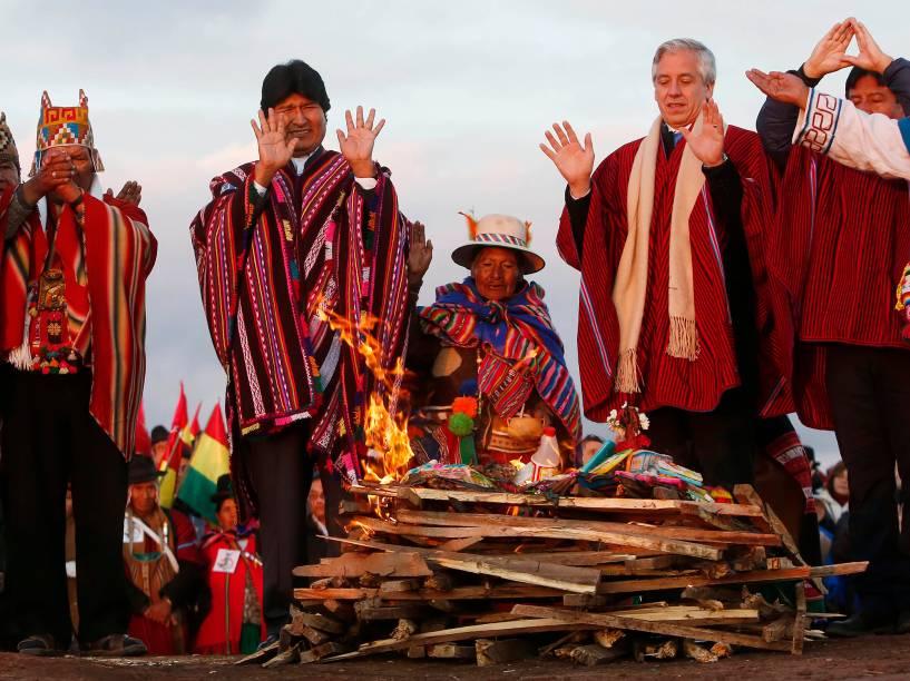 Evo Morales participa de uma cerimônia indígena nas ruínas de Tiwanaku, a 70 km da capital La Paz. O evento foi  para celebrar seus 9 anos, 8 meses e 27 dias no poder da Bolívia