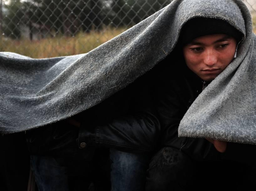 Refugiado enfrenta o tempo úmido e frio enquanto espera no campo de Moria na ilha de Lesbos, na Grécia - 21/10/2015