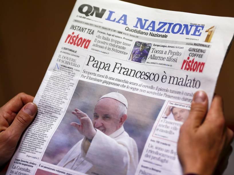 Capa do jornal italiano Quotidiano Nazionale leva manchete onde diz que o Papa Francisco está enfermo com um tumor. O Vaticano desmentiu a notícia e disse que teria sido detectado um pequeno tumor benigno no cérebro do Papa há alguns meses - 21/10/2015